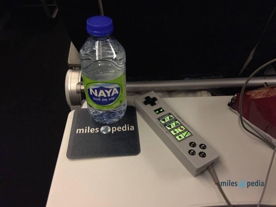 Bouteille d'eau et télécommande - Air France AF347