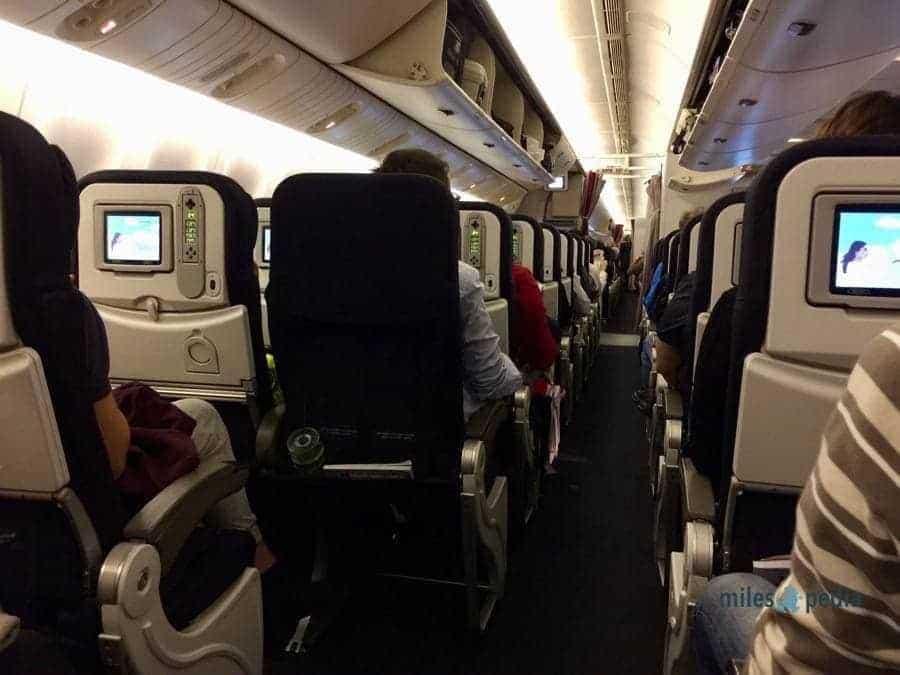 Vue depuis mon siège - Passage de 3 sièges à 2 sièges pour la rangée de gauche - Vue de la cabine depuis l'arrière de l'appareil - Air France AF347