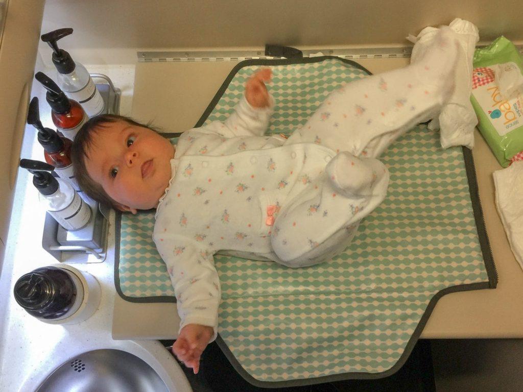 Le test de changer bébé dans les toilettes d'un avion !