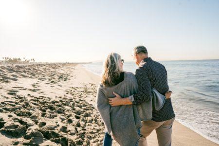 Assurance Voyage vieux couple à la plage